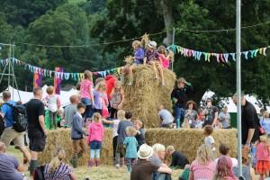 Green Man Festival 2015 - 藁で遊ぶ子供たち