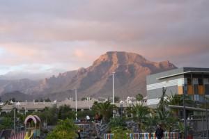 テネリフェはハワイみたいな感じでそこら中に山があり、海と山が隣り合わせ。全体的に不毛な地という感じがするけど、この夕焼けはきれいな感じ。