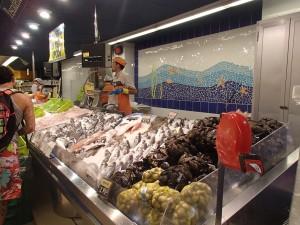 スーパーの魚売り場。さすが、イギリスと違って、どれも新鮮で生臭くなかった。