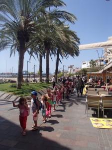 こちらは、ジモティな地域のビーチ沿い。子供たちが遠足中?