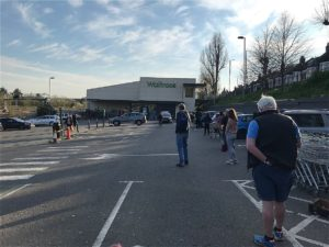 ロックダウン後のスーパーの行列の状況